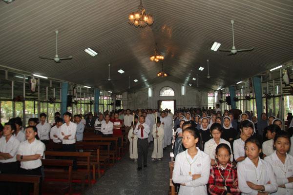 Hành hương Mẹ La Vang thứ bảy đầu tháng 10.2013