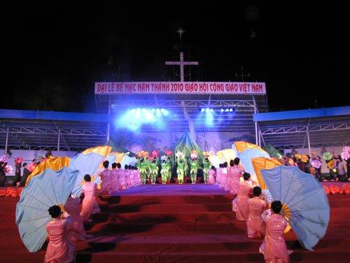 Lễ Bế Mạc Năm Thánh 2010 và Đại Hội La Vang 29: Tường thuật đêm diễn nguyện bên Mẹ La Vang