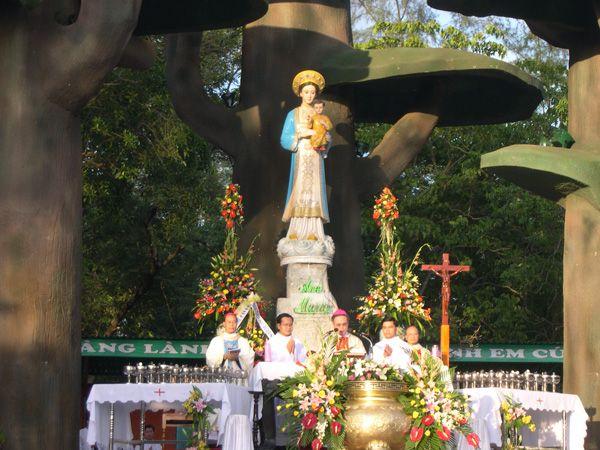 Khách hành hương tại Trung tâm Thánh Mẫu La Vang hoan nghênh sứ điệp Đức Thánh Benedicto XVI
