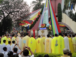 Hành hương kính Đức Mẹ tại Hòn Chông