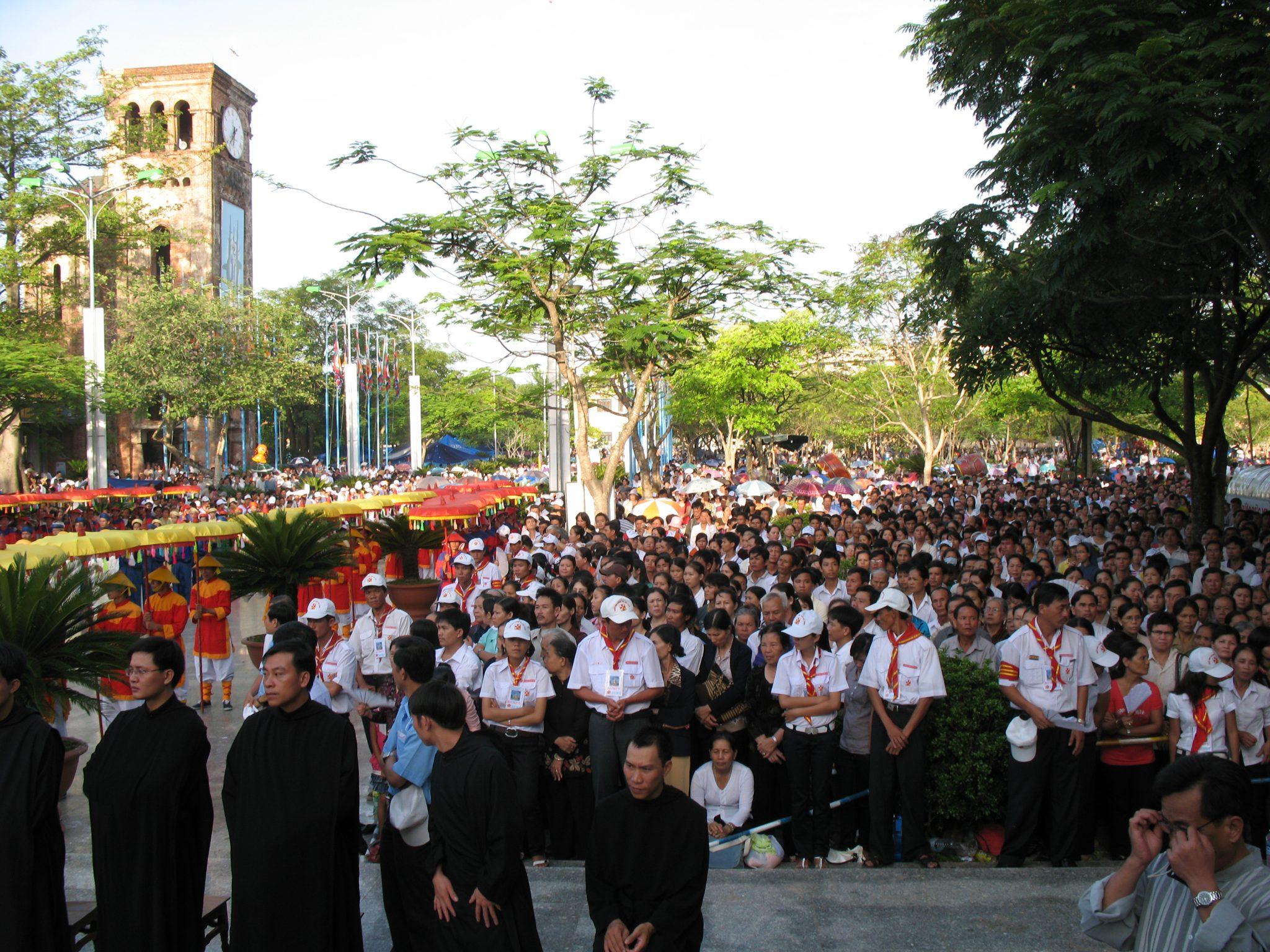 Công Giáo khắp nơi về Trung Tâm Thánh Mẫu La Vang đi kiệu và mừng Lễ Trọng Đức Mẹ Lên Trời